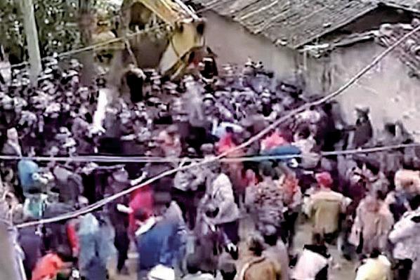 圖為網傳廣東茂名文樓鎮村民示威抗議建火葬場,與警方對峙。(網絡圖片)