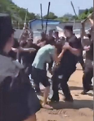 一名文樓鎮村民遭一堆警察圍毆。(圖片來源:新聞大吐槽推特影片截圖)