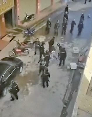 警察拖村民到小巷內施暴。(圖片來源:新聞大吐槽推特影片截圖)