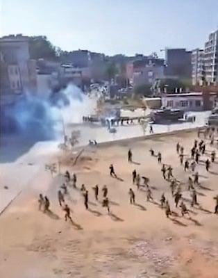警方施放催淚彈。(圖片來源:新聞大吐槽推特影片截圖)