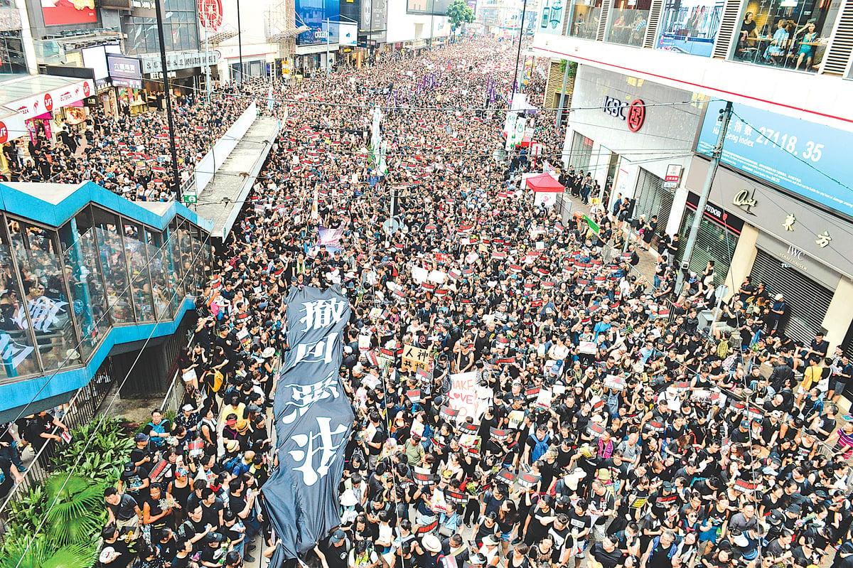 6月16日,香港特首林鄭月娥宣佈暫緩修訂《逃犯條例》後,民主派議員表明不接受,再發起遊行,共兩百萬人參與,人數空前。(宋碧龍/大紀元)