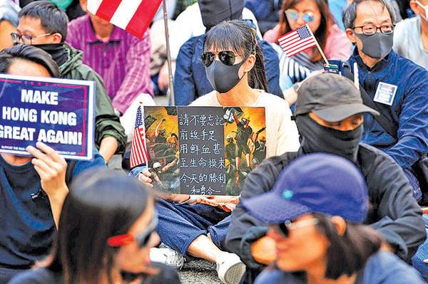 抗爭者未曾忘記過去數個月裏許多香港年輕人的犧牲。(宋碧龍/大紀元)