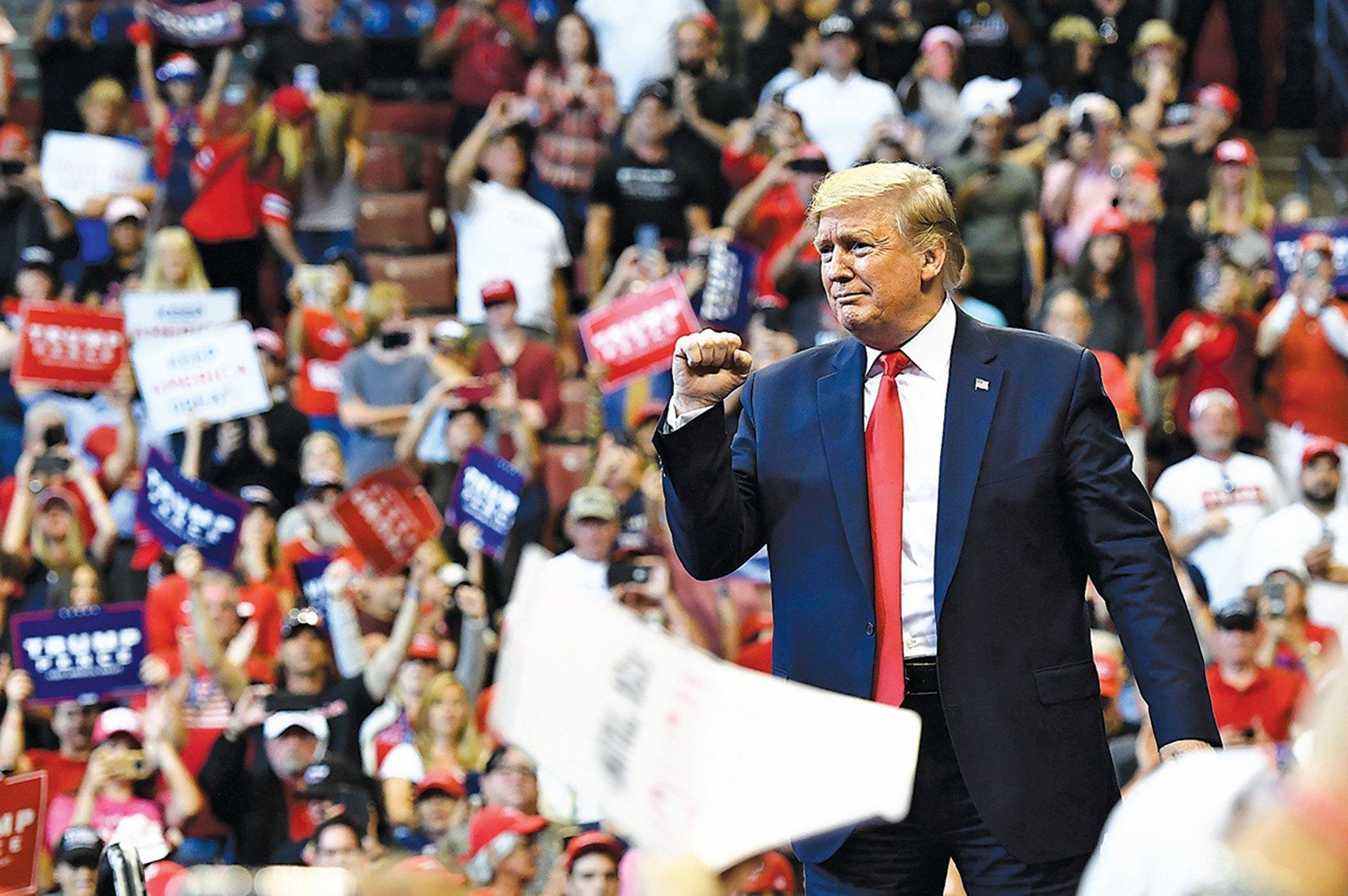 美國總統特朗普11月26日在佛羅里達州日出城的「保持美國偉大」集會上握拳回應支持者的歡呼聲。(AFP)