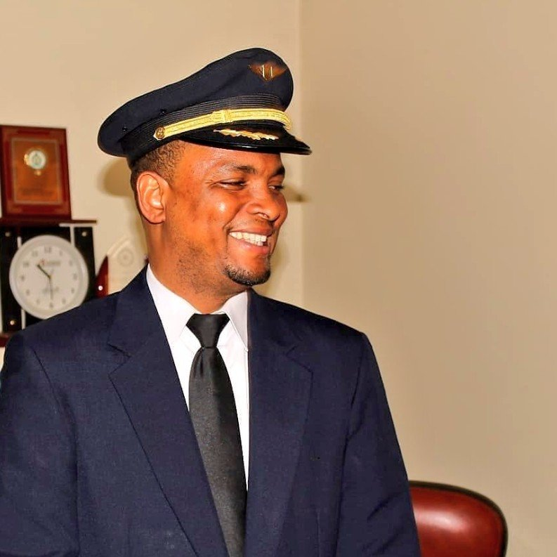 穆罕默德阿布巴卡(Mohammed Abubakar)用了24年時間終於完夢稱為機長。(Twitter@AzmanAir)