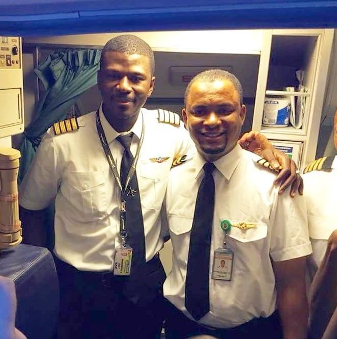 (上三圖)2018年,在航空業工作了24年,做過清潔工、地勤、空中服務員和機師,阿布巴卡正式被加冕為機長。(Twitter@AzmanAir)