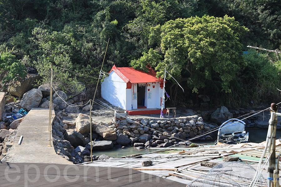 澳仔村的天后廟是海邊一間白牆紅頂的小屋。(陳仲明/大紀元)