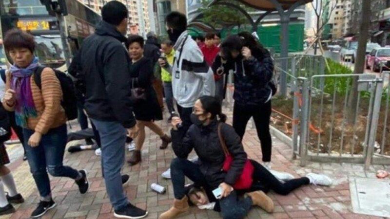 現場圖片顯示,拘捕後一名女警坐女學生的頭上,令許多香港網友都十分氣憤。(連登論壇圖片)