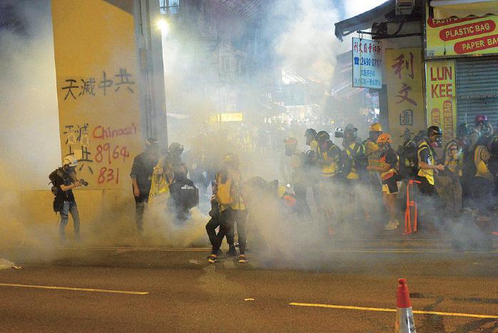 11月10日,警察在荃灣向記者群發射多枚催淚彈。(大紀元資料圖片)