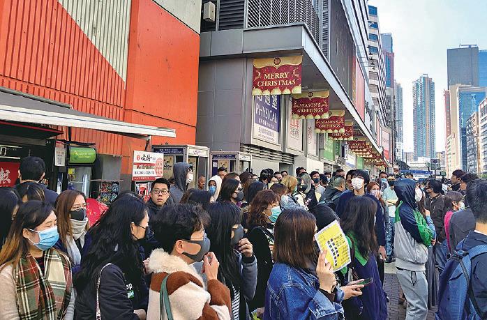網民連日在各區發起「和你Lunch」集會遊行。圖為昨日在長沙灣道旁邊的行人道上,有大批上班族趁午飯時間踴躍參與。(葉依帆/大紀元)