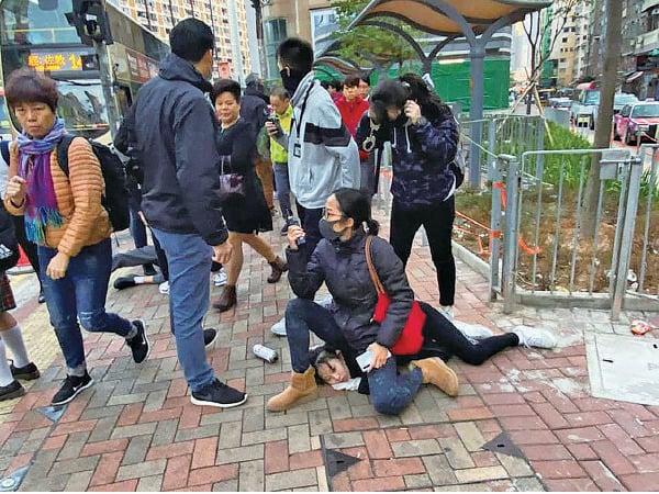 女警坐被捕女學生頭頸被猛批