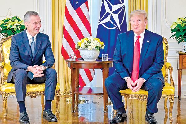 12月3日,特朗普(右)在北約峰會期間與北約秘書長斯托爾滕貝格(左)會面,並在新聞會上發表了講話。特朗普表示,在北約成員國增加防務支出後,他已經成為北約的「大粉絲」。(AFP)