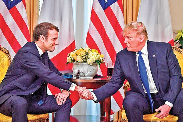 特朗普(右)星期二和法國總統馬克龍(左)的會面顯得有些「緊張」。(AFP)