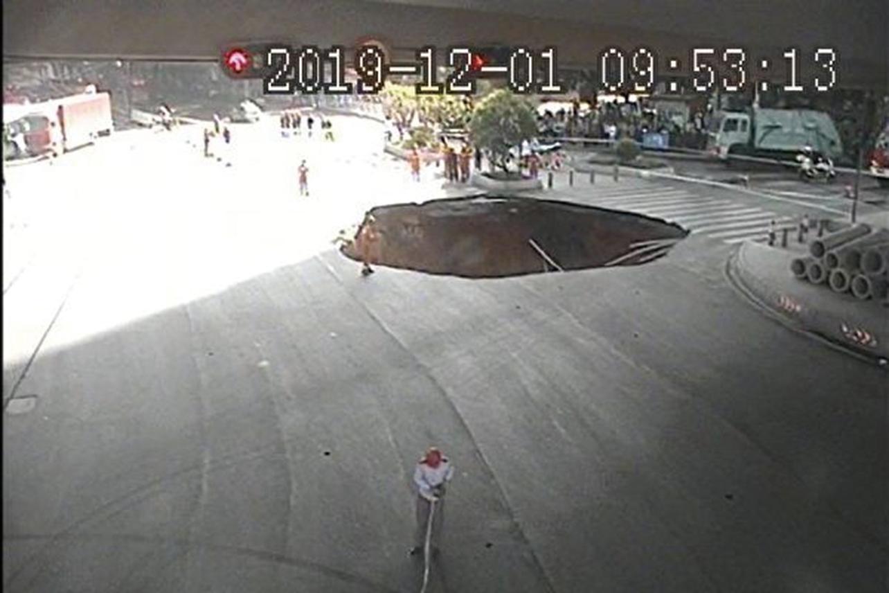 1日,廣州大道北與禺東西路交界處發生地面塌陷。(廣州交警微博)