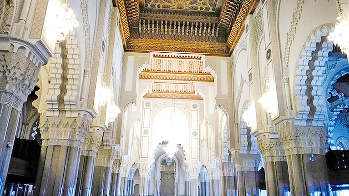 哈桑二世清真寺(Hassan II Mosque)內部華麗精緻壯觀,大廳連同寺前廣場,可容納約十萬人禮拜。