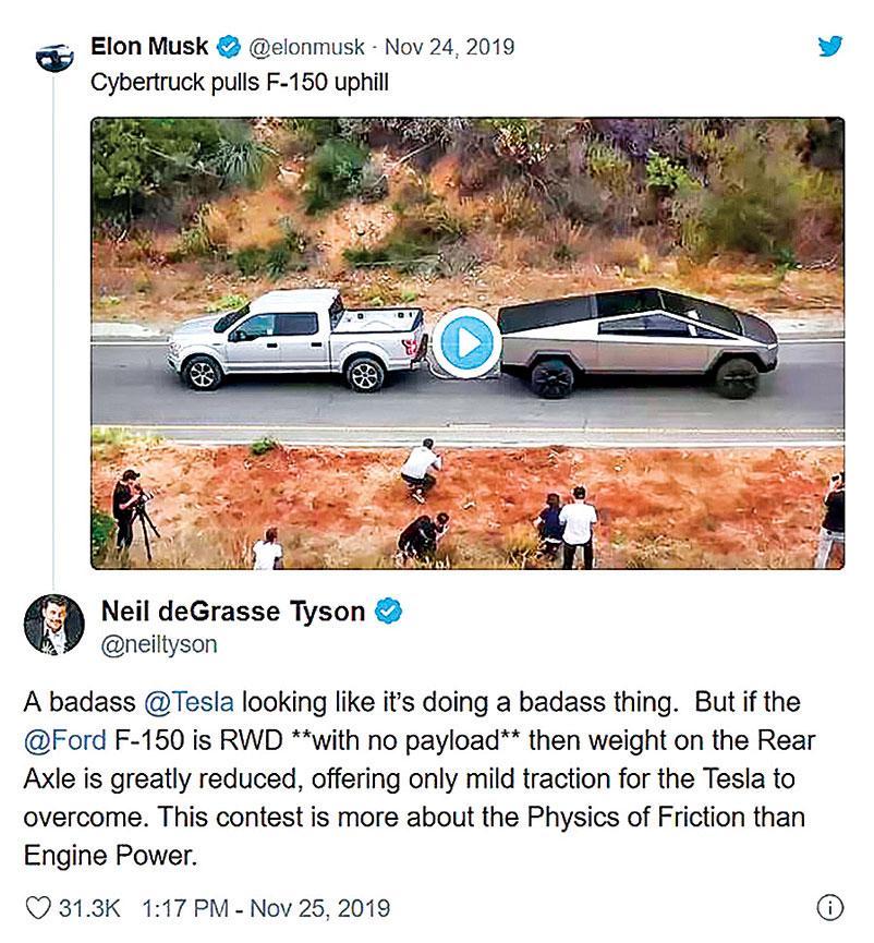 馬斯克在推特上發佈了一個視頻,Cybertruck將一輛開足馬力的福特F-150拉上了山坡。(推特截圖)