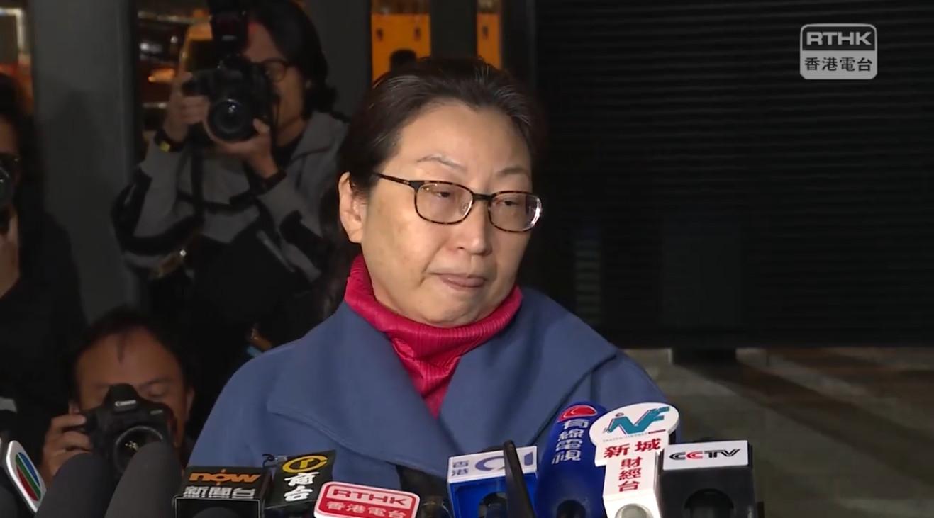 12月3日晚,「消失」兩週多的律政司司長鄭若驊返港,在機場記者會上,念稿匯報傷情以及回答提問後匆匆離去。(影片截圖)