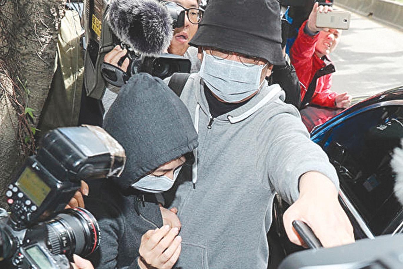 香港中國創新投資公司董事會主席兼行政總裁向心(前右)與妻子龔青(前左)被台灣當局扣留調查。(中央社)