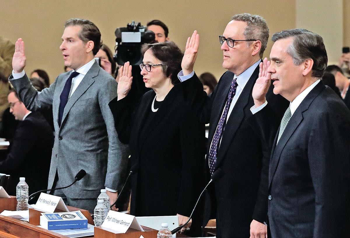 眾院司法委員會星期三的聽證會上,四位憲法學專家是焦點。他們中三人(左一、左二、右二)由民主黨推薦的,只有一人(右)是共和黨的專家證人。(Getty Images)