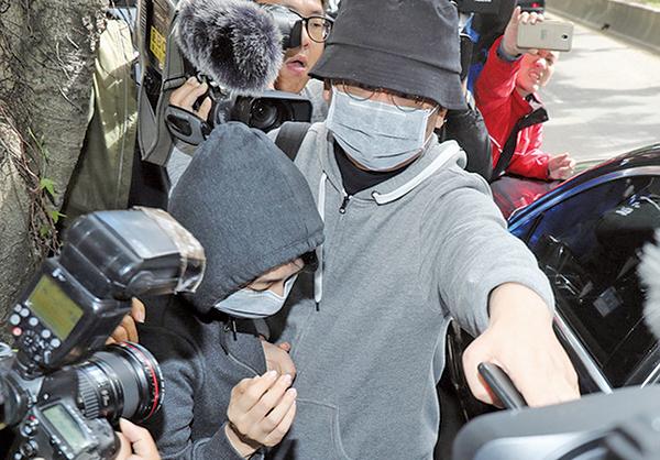 本月3日,香港中國創新投資公司董事會主席兼行政總裁向心(前右)與妻子龔青(前左)被台灣當局扣留調查。( 中央社)