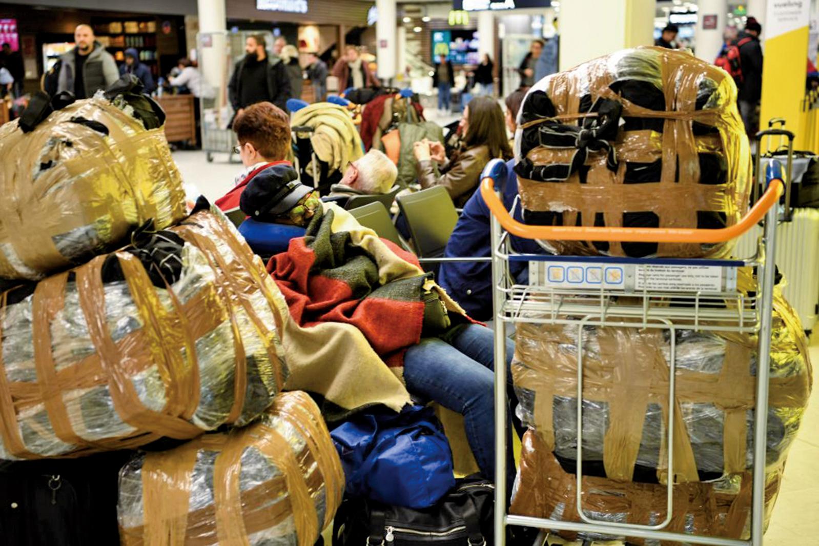 12月5日,法國發生全國性大罷工,圖為乘客停滯在法國機場。(AFP)