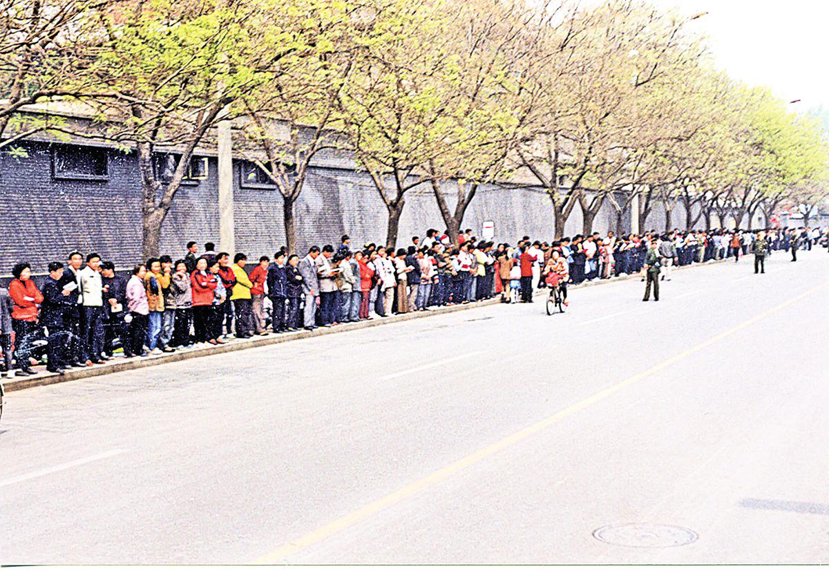 1999年4月25日萬名法輪功學員到國務院信訪辦上訪。(大紀元)