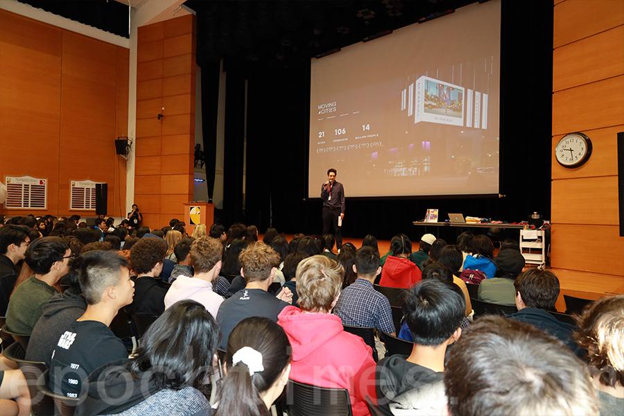 聆聽開幕演講的學生。(陳仲明/大紀元)