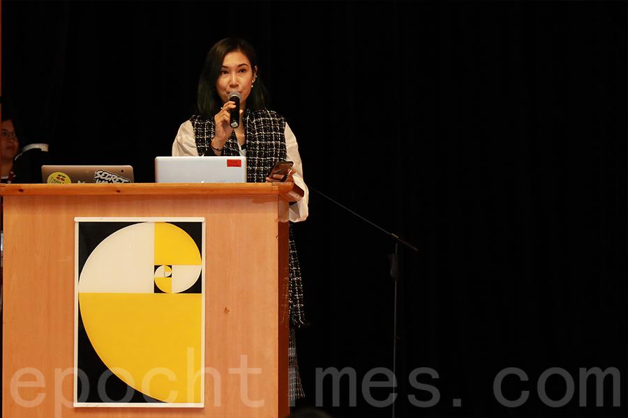 「設計營商周」首席策展人兼項目總監Sam Lam進行開幕演講。(陳仲明/大紀元)