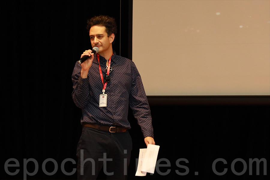 多媒體藝術家Jevan Chowdhury進行開幕演講。(陳仲明/大紀元)