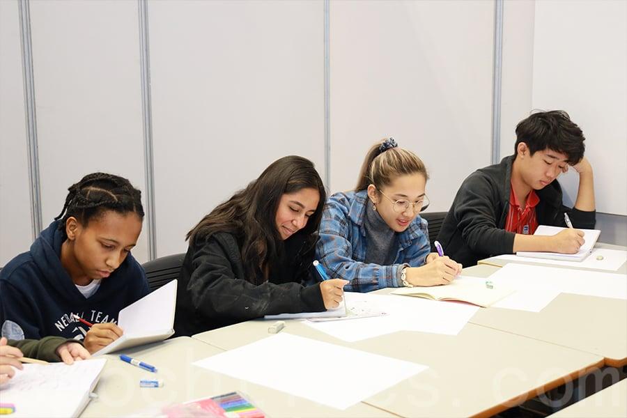 學生透過本次活動與來自不同品牌的設計師交流,拓展他們的眼界,接觸到最新的時尚和創意產業資訊,了解未來的發展走向並獲得專業知識。(陳仲明/大紀元)