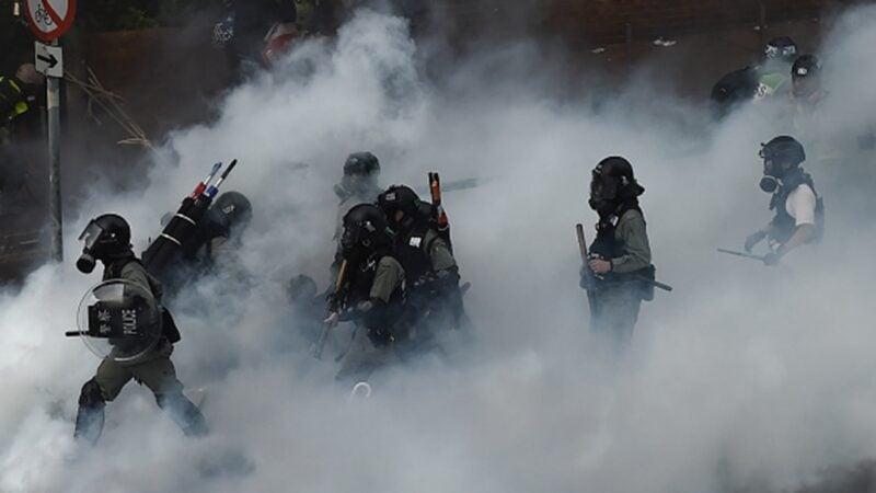 圖為港警武力圍攻理大,發射催淚彈抓捕學生。(YE AUNG THU/AFP via Getty Images)