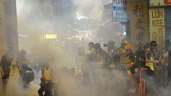 在香港荃灣警察向記者群、民眾發射催淚彈。(余天祐/大紀元)