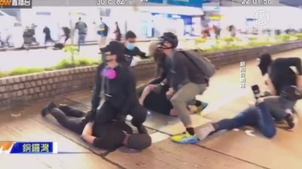 鄧炳強出席警隊例行記者會時承認,在銅鑼灣曾派警察喬裝抗爭者,以方便拘人。(影片截圖)