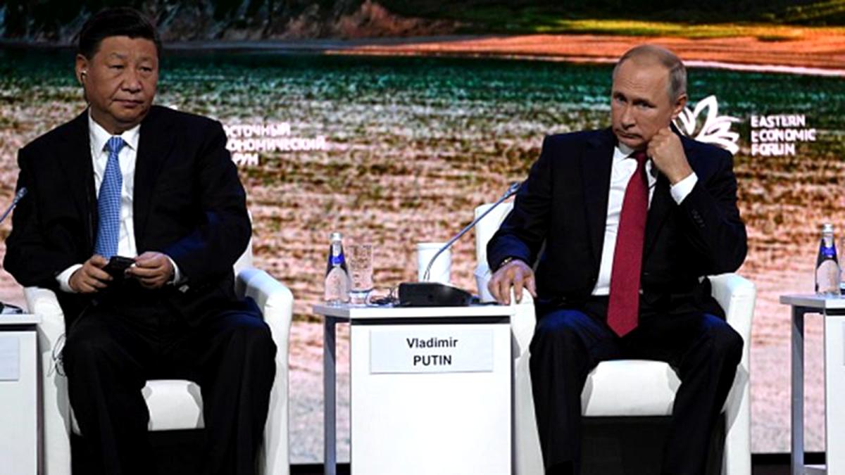 貿易戰令北京陷入困境, 俄羅斯趁機狠宰中共。圖左為習近平,圖右為普京。(KIRILL KUDRYAVTSEV/AFP/Getty Images)