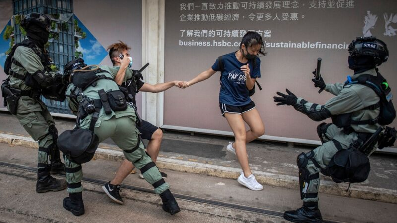10月5日,香港警方街頭隨機抓捕年輕人。(AFP via Getty Images)