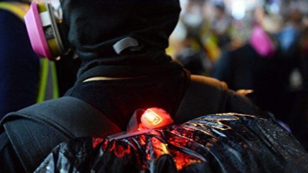 8.31當天很多丟汽油彈的,大都是背後有亮LED燈的黑警,裝備齊全。(宋碧龍/大紀元)