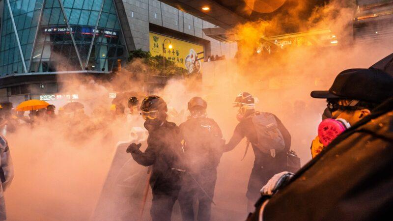 住在彌敦道的梁女士說,催淚煙和槍聲讓她很恐懼,7月至今不能入睡,「有時覺得生無可戀」。示意圖(Billy H.C. Kwok/Getty Images)