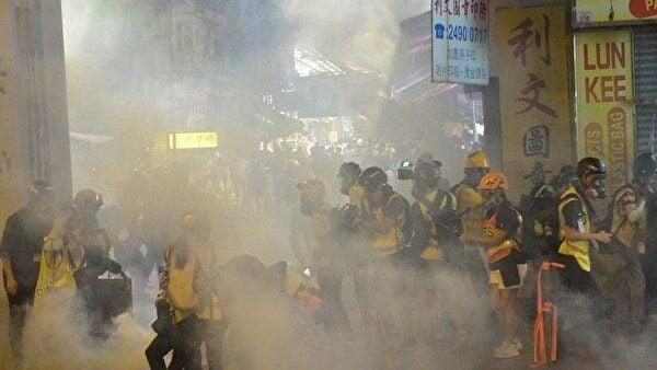 香港荃灣警察向記者群和民眾發射催淚彈。(余天祐/大紀元)