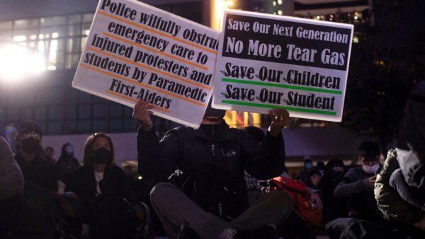 12月6日晚,一群中大及教大的言語治療學系學生,在中環愛丁堡廣場發起「吸吸可危」大集會。( PHILIP FONG/AFP via Getty Images)