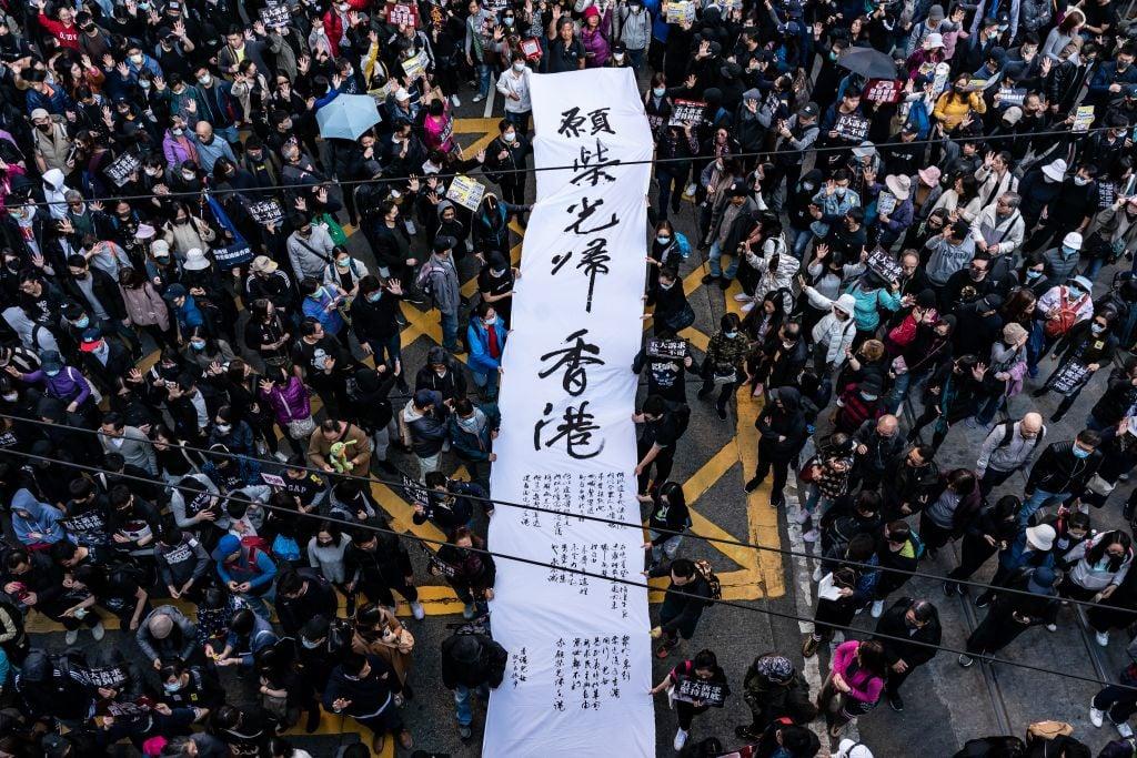 12月8日,香港民陣再發起「國際人權日」集會大遊行,呼籲全民上街,繼續向港府施壓,「五大訴求 缺一不可」。(Photo by Anthony Kwan/Getty Images)