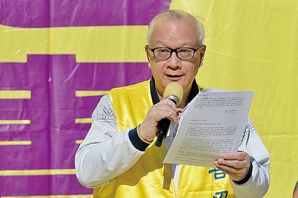 香港法輪大法佛學會會長簡鴻章在「維護人權結束迫害」集會上講話。(宋碧龍/大紀元)