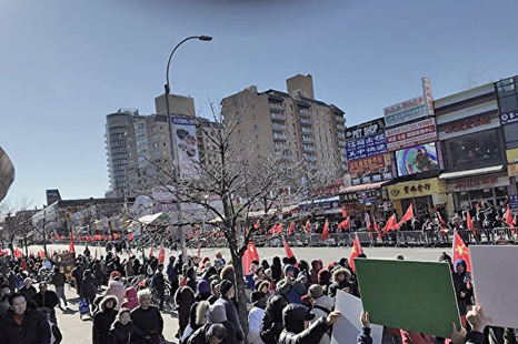 2019年2月9日,親共團體在法拉盛打紅旗,激起華人反感。(大紀元)