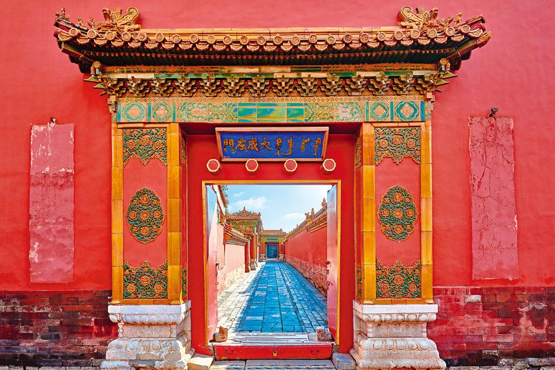 故宮中軸線的眾多的門,這些「門」的設置,含有空間上的階段意義,也使「侯門深似海」的視覺效果達到了極致。(Shutterstock)