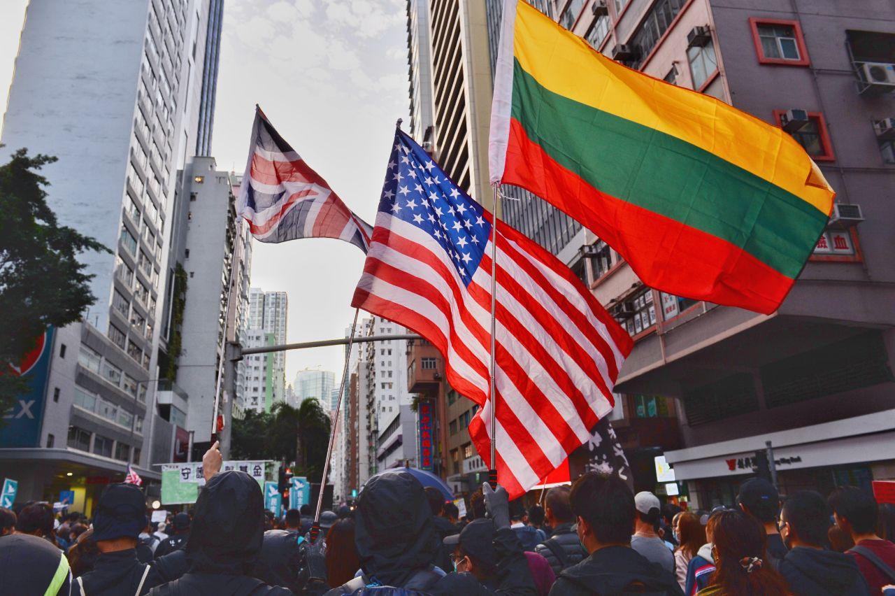遊行人士高舉美國、英國和立陶宛國旗。(大紀元)