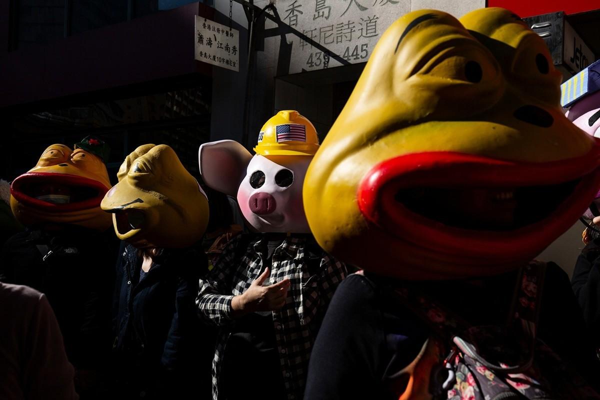 108位市民頭戴玻璃纖維佩佩蛙(Pepe)及連豬面具,每一隻背後都有一個故事。(ALASTAIR PIKE/AFP via Getty Images)