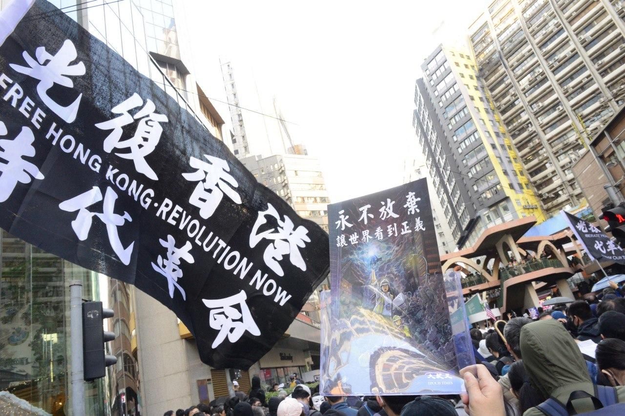 遊行隊伍中「光復香港, 時代革命」的黑旗隨處可見。(大紀元)