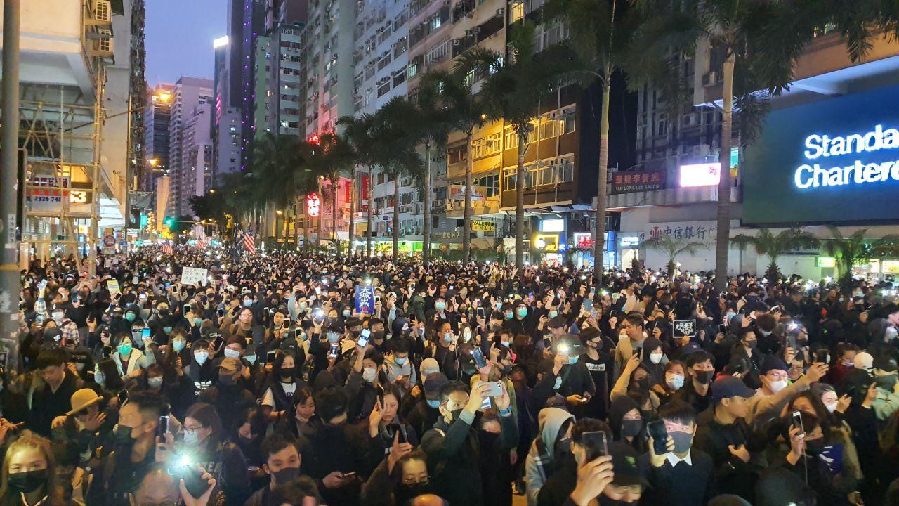 入夜後,馬路上仍有大批遊行民眾。(大紀元)