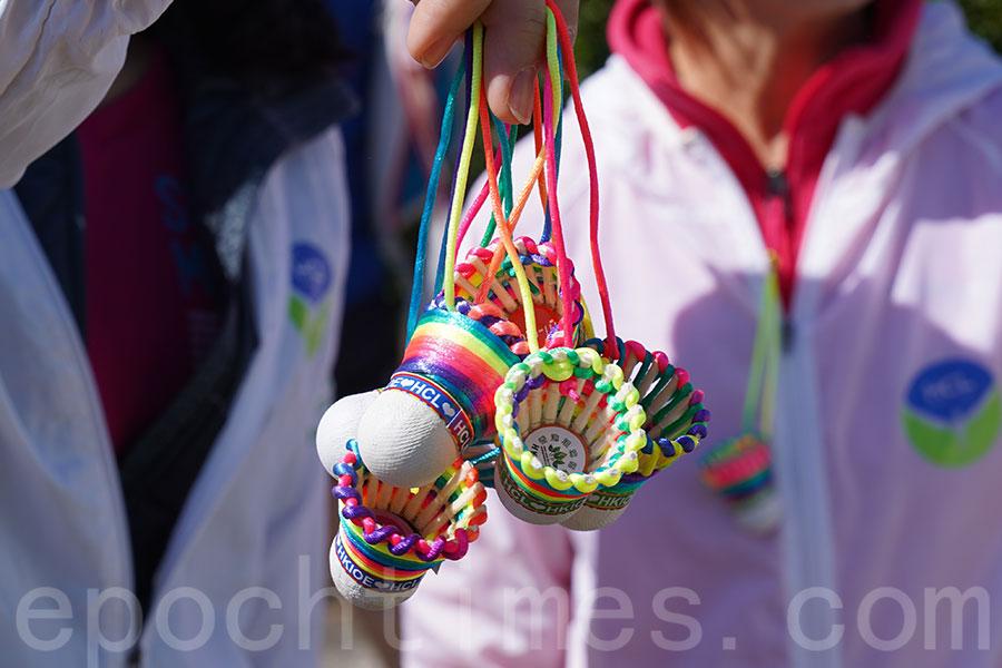 每位跑手獲發手製環保羽毛球飾物。(陳仲明/大紀元)