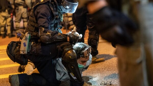 港警暴力抓捕一名抗議市民。(Anthony Kwan/Getty Images)