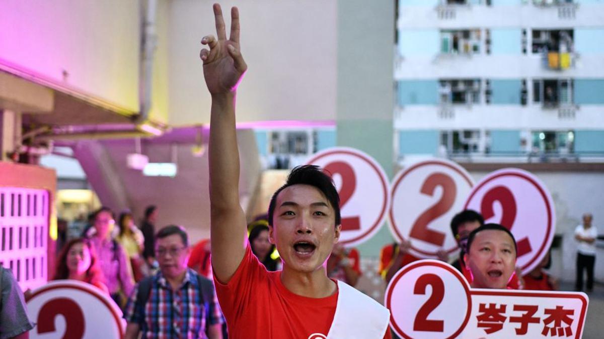 大批年輕人進入議會為香港政壇注入一股新的力量。圖為民陣召集人岑子杰在沙田瀝源當選。 (PHILIP FONG/AFP via Getty Images)