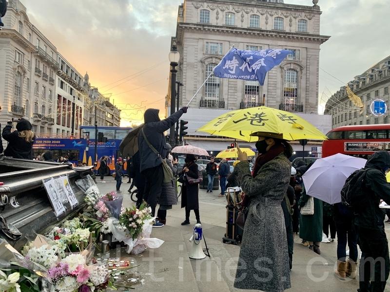 英國留學生自發組織在倫敦著名地標Piccadilly Circus進行「聲援香港12.8國際人權日」活動。(唐詩韻/大紀元)